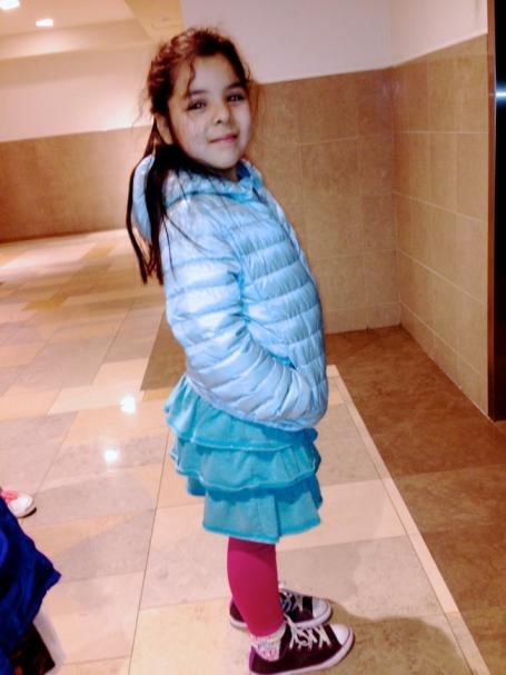 Lala con un abrigo liviano en el Mall.